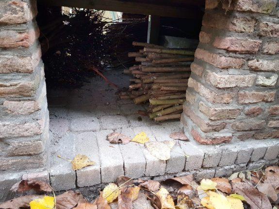 De musterds hout onder de oven