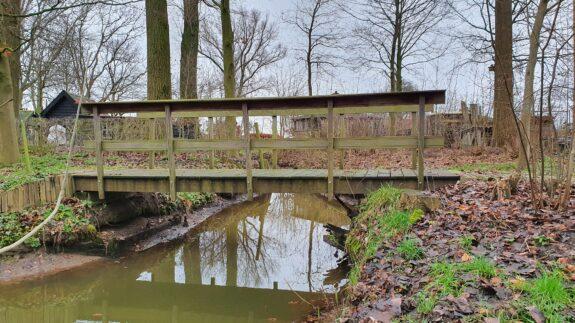 Laag water, houten beschoeiing komt boven