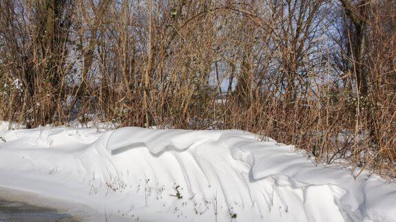 Mooi gevormde sneeuwduinen